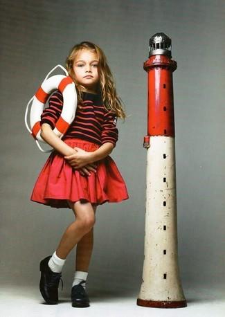 Cómo combinar: jersey de rayas horizontales rojo, falda roja, zapatos oxford de cuero negros, calcetines blancos