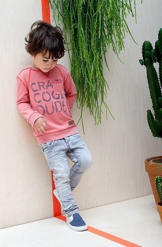 Cómo combinar: jersey rosado, vaqueros celestes, zapatillas azul marino