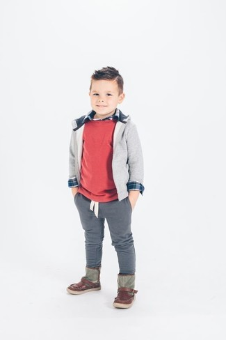 Cómo combinar: jersey rojo, sudadera con capucha gris, camisa de manga larga azul marino, pantalones grises