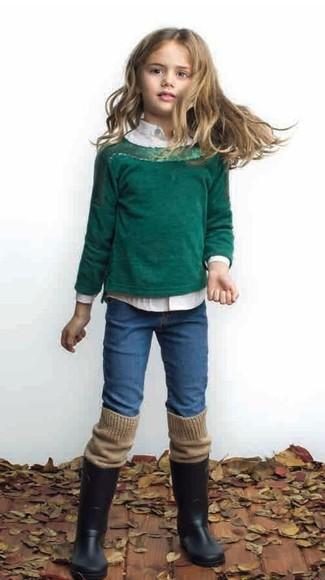 Cómo combinar: jersey verde oscuro, camisa de vestir blanca, vaqueros azules, botas de lluvia negras