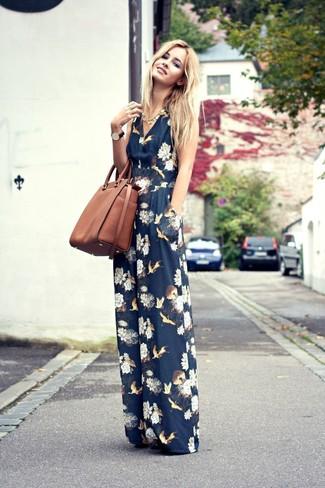 Cómo combinar: mono con print de flores azul marino, bolsa tote de cuero marrón, collar dorado