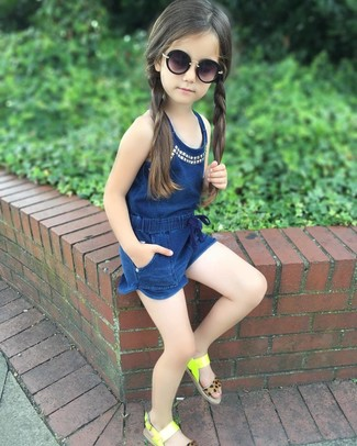 Cómo combinar: mono corto azul marino, sandalias en amarillo verdoso, gafas de sol negras