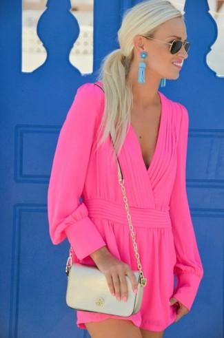 Cómo combinar: mono corto rosa, bolso bandolera de cuero dorado, gafas de sol en negro y dorado, pendientes en turquesa