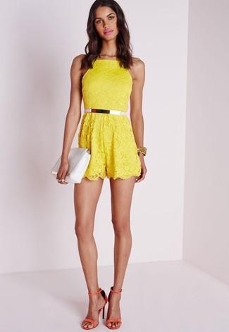 Moda para mujeres adolescentes: Intenta ponerse un mono corto de encaje amarillo para un almuerzo en domingo con amigos. Sandalias de tacón de cuero naranjas son una opción muy buena para completar este atuendo.