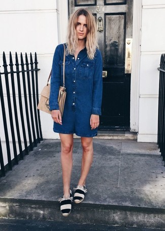 Look de moda Mono Corto Vaquero Azul Marino, Alpargatas de Rayas Horizontales Blancas y