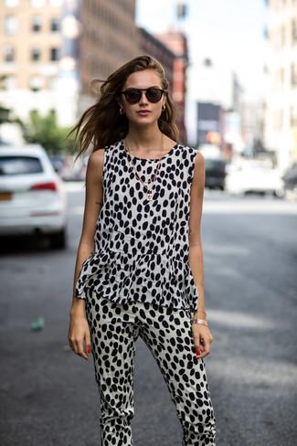 Cómo combinar: mono de leopardo en blanco y negro, collar dorado, pulsera dorada