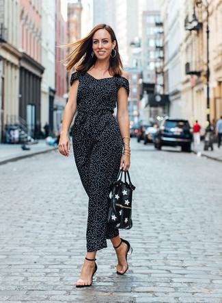 Cómo combinar: mono a lunares en negro y blanco, sandalias de tacón de goma transparentes, bolsa tote de cuero estampada en negro y blanco, pendientes plateados