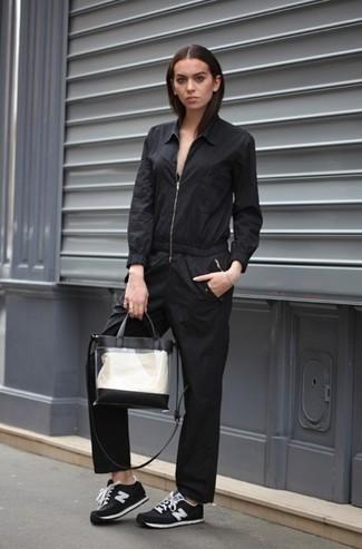 Cómo combinar: mono negro, tenis de ante en negro y blanco, bolsa tote de goma transparente