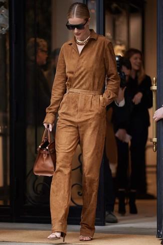 Cómo combinar: mono de ante en tabaco, sandalias de tacón de cuero marrónes, bolsa tote de cuero marrón, gafas de sol negras