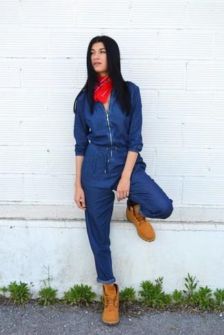 Cómo combinar: mono vaquero azul marino, botas planas con cordones de ante marrón claro, bandana roja