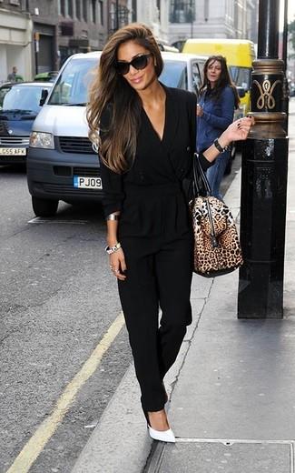 Cómo combinar: mono negro, zapatos de tacón de cuero blancos, bolso deportivo de cuero de leopardo marrón, gafas de sol negras