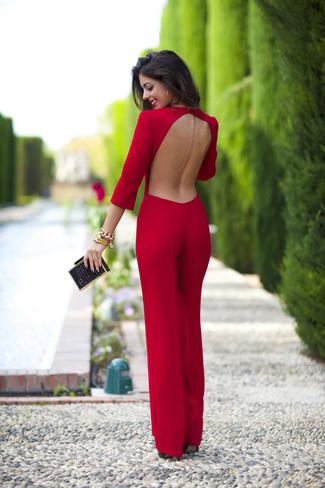 Utiliza un mono con recorte rojo para un look agradable de fin de semana. Zapatos de tacón de cuero negros son una opción estupenda para complementar tu atuendo.