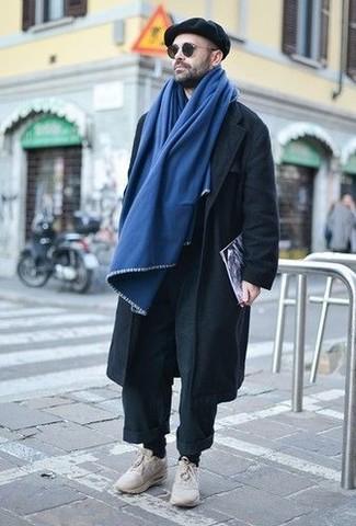 Cómo combinar: pantalón chino negro, deportivas en beige, gorra inglesa negra, bufanda azul