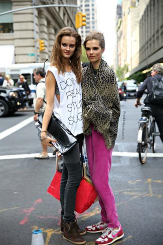 Cómo combinar: pantalón de chándal rosa, deportivas en blanco y rosa, bufanda de leopardo marrón