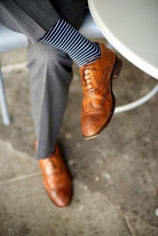 Cómo combinar: pantalón de vestir gris, zapatos brogue de cuero marrón claro, calcetines de rayas horizontales en azul marino y blanco