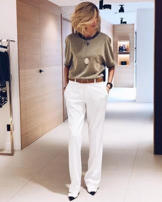 Cómo combinar: pantalones anchos blancos, zapatos de tacón de cuero en blanco y negro, correa de cuero marrón, colgante negro
