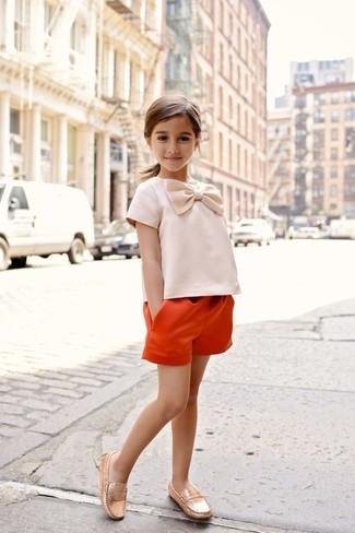 Cómo combinar: pantalones cortos naranjas, mocasín dorados