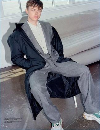 Cómo combinar: parka azul marino, traje de lana gris, camisa de vestir gris, deportivas en beige