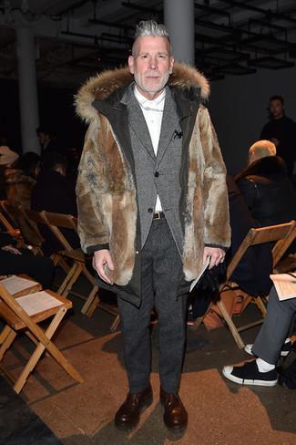 Look de Nick Wooster: Parka de pelo marrón, Blazer de lana gris, Camisa de vestir blanca, Pantalón de vestir de lana en gris oscuro
