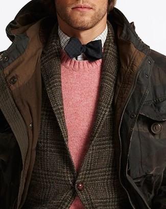 Cómo combinar: parka en marrón oscuro, blazer de lana de tartán en marrón oscuro, jersey con cuello circular rosado, camisa de manga larga de cuadro vichy blanca