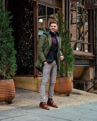 Cómo combinar: parka verde oliva, blazer de lana verde oscuro, jersey de cuello alto morado oscuro, pantalón de vestir a cuadros en beige