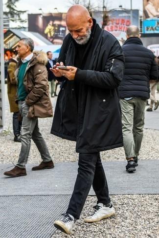 Outfits hombres en invierno 2021: Casa una parka negra con unos vaqueros negros para un look agradable de fin de semana. Tenis de cuero blancos son una opción incomparable para completar este atuendo. Un atuendo inspirador para los días de invierno.