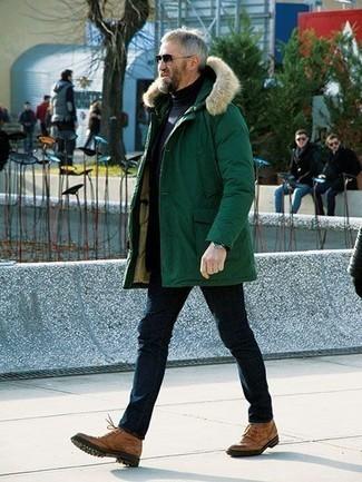 Moda para hombres de 50 años: Una parka verde oscuro y unos vaqueros azul marino son una opción buena para el fin de semana. Dale un toque de elegancia a tu atuendo con un par de botas brogue de cuero marrón claro.