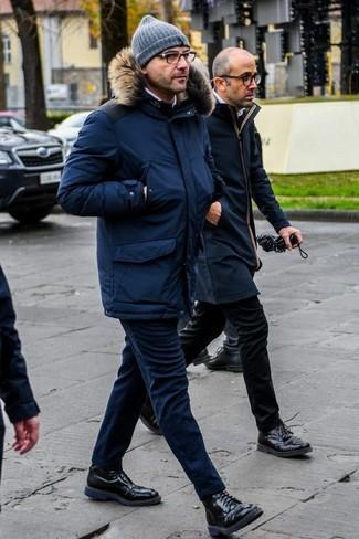 Cómo combinar un pantalón chino de lana azul marino: Para crear una apariencia para un almuerzo con amigos en el fin de semana empareja una parka azul marino con un pantalón chino de lana azul marino. Usa un par de botas casual de cuero negras para mostrar tu inteligencia sartorial.
