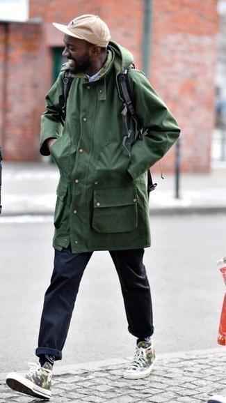 Cómo combinar una camisa de manga larga celeste: Para crear una apariencia para un almuerzo con amigos en el fin de semana ponte una camisa de manga larga celeste y un pantalón chino azul marino. ¿Quieres elegir un zapato informal? Completa tu atuendo con zapatillas altas de lona de camuflaje verde oliva para el día.