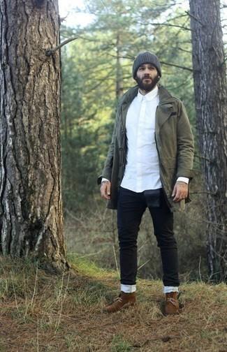 Outfits hombres estilo casuale: Una parka verde oliva y unos vaqueros negros son una opción excelente para el fin de semana. ¿Por qué no ponerse botas safari de ante marrónes a la combinación para dar una sensación más clásica?