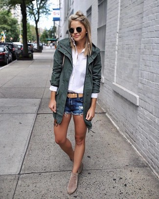 Cómo combinar: parka de algodón verde oscuro, camisa de vestir blanca, pantalones cortos vaqueros azul marino, botines de ante grises
