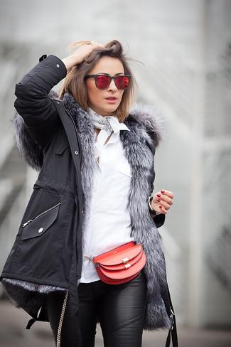 Cómo combinar: parka negra, camisa de vestir blanca, pantalones pitillo de cuero negros, bolso bandolera de cuero rojo