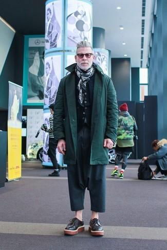 Cómo combinar: parka verde oscuro, chaleco de abrigo acolchado azul marino, cárdigan negro, pantalón chino en verde azulado