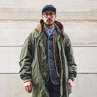 Cómo combinar: parka verde oliva, chaleco de abrigo acolchado verde oliva, chaqueta vaquera azul marino, camisa de manga larga celeste