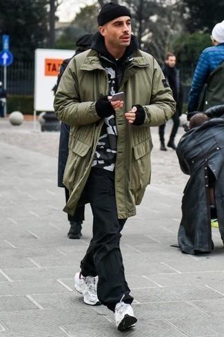 Cómo combinar una sudadera con capucha negra: Usa una sudadera con capucha negra y un pantalón chino negro para un look diario sin parecer demasiado arreglada. Si no quieres vestir totalmente formal, haz deportivas blancas tu calzado.