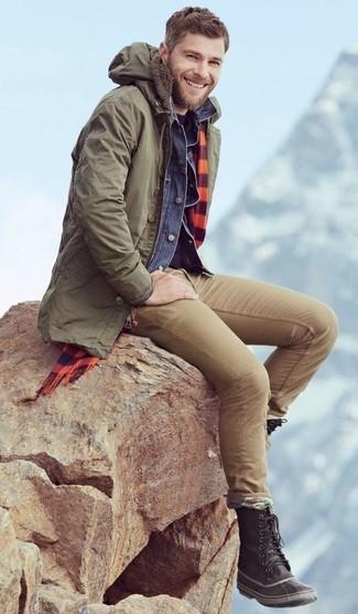 Cómo combinar: parka verde oliva, chaqueta vaquera azul, camiseta con cuello circular azul marino, pantalón chino marrón claro