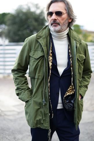 Cómo combinar una parka con cola de pez verde oliva: Intenta combinar una parka con cola de pez verde oliva con un traje azul marino para lograr un look de vestir pero no muy formal.