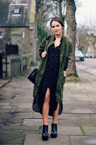 Cómo combinar: parka con cola de pez verde oliva, vestido camisa a lunares negra, botines de cuero gruesos negros, bolso bandolera de cuero negro