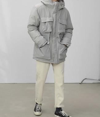 Cómo combinar un pantalón chino en beige: Considera emparejar una parka gris junto a un pantalón chino en beige para una apariencia fácil de vestir para todos los días. Tenis de lona negros son una opción muy buena para completar este atuendo.