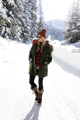 Elige por la comodidad con una parka verde oliva y unos leggings negros. Un par de botas para la nieve en marrón oscuro se integra perfectamente con diversos looks.