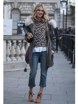 Cómo combinar: parka en gris oscuro, jersey con cuello circular de leopardo marrón, camisa de vestir blanca, vaqueros azules