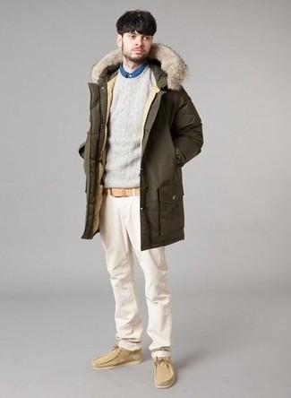 Para un atuendo que esté lleno de caracter y personalidad elige un jersey con cuello circular gris de hombres de Anvil y un pantalón chino beige. Náuticos de ante beige son una opción atractiva para complementar tu atuendo.