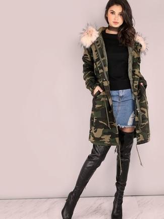 Moda para mujeres adolescentes: Usa una parka de camuflaje verde oscuro y una minifalda vaquera azul para un look agradable de fin de semana. Completa tu atuendo con botas sobre la rodilla de cuero negras para destacar tu lado más sensual.