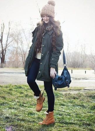 Cómo combinar: parka verde oscuro, jersey con cuello circular en beige, vaqueros pitillo azul marino, botas planas con cordones de cuero marrón claro