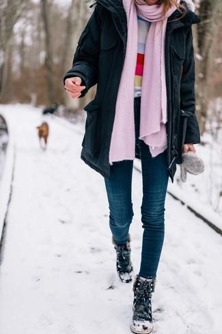 Para un atuendo que esté lleno de caracter y personalidad intenta combinar una parka negra con unos vaqueros pitillo azul marino. Si no quieres vestir totalmente formal, haz botas para la nieve de ante negras tu calzado.