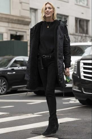 Cómo combinar: parka negra, jersey con cuello circular negro, vaqueros pitillo negros, botines de ante negros