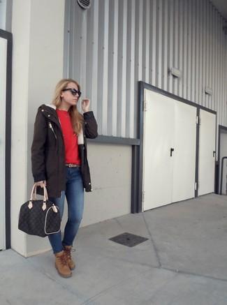 Cómo combinar: parka en marrón oscuro, jersey con cuello circular rojo, vaqueros pitillo azules, botas planas con cordones de ante marrón claro