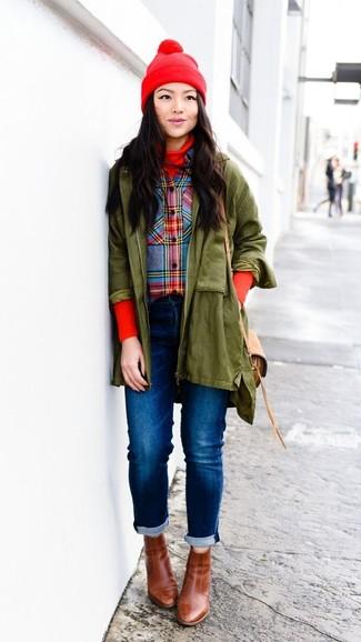 Cómo combinar: parka verde oliva, jersey de cuello alto rojo, camisa de vestir de tartán en multicolor, vaqueros azules