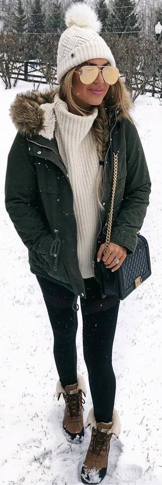 Cómo combinar: parka verde oscuro, jersey de cuello alto de punto blanco, leggings negros, botas para la nieve marrónes