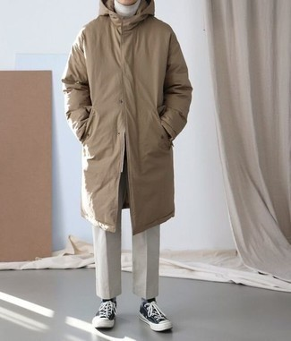 Cómo combinar un pantalón chino en beige: Para un atuendo que esté lleno de caracter y personalidad intenta ponerse una parka marrón y un pantalón chino en beige. Complementa tu atuendo con tenis de lona negros.